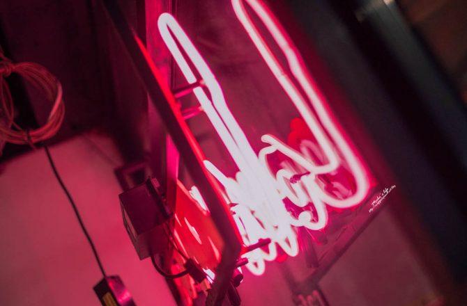 古亭站平價美食|Love; café:有氣氛格調的深夜咖啡館,咖哩飯辣的過癮@捷運古亭站/古亭不限時咖啡廳/牯嶺街美食/台北霓虹燈餐廳