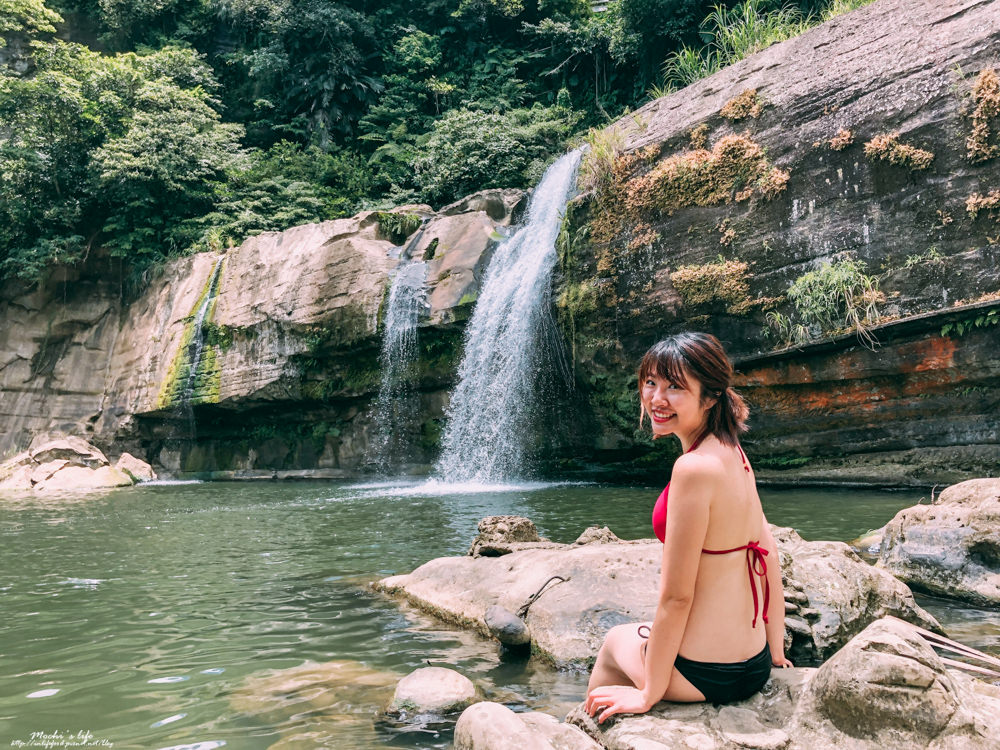 台北瀑布玩水|嶺腳瀑布:走一下下即可玩水游泳的親子秘境!嶺腳車站@平溪景點