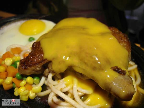 樂華夜市美食 ▌起司牛排好特別,但我比較愛爆漿餐包「角頭牛排樂華店」(捷運頂溪站、內有menu)
